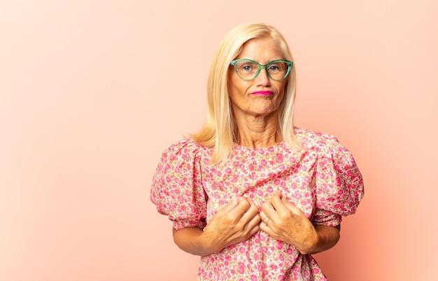 Vrouw van middelbare leeftijd die zich doodsbang geïsoleerd voelt