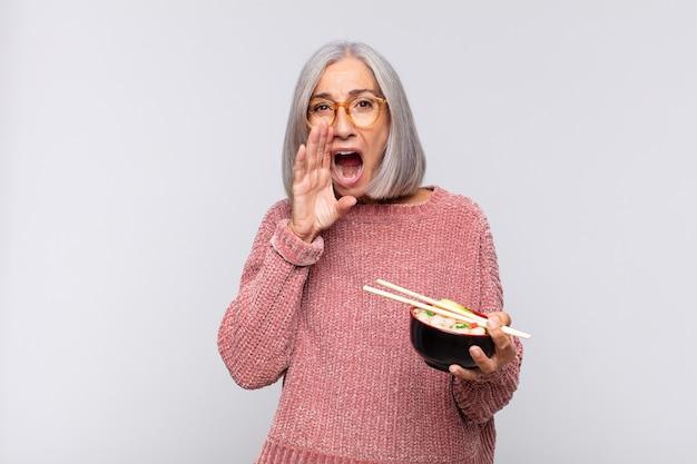 Vrouw van middelbare leeftijd die zich gelukkig, opgewonden en positief voelt