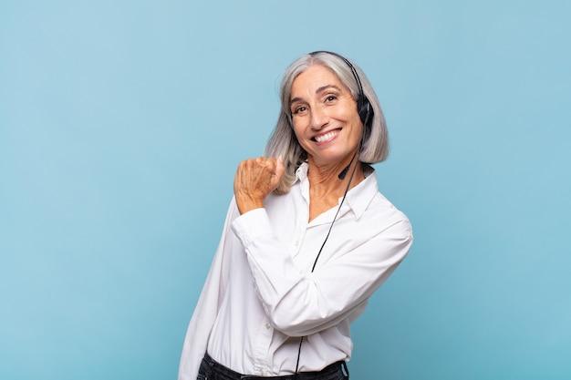 Vrouw van middelbare leeftijd die zich gelukkig, positief en succesvol voelt