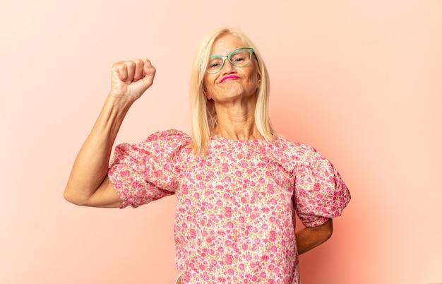 Vrouw van middelbare leeftijd die zich geschokt, verbaasd en verrast voelt