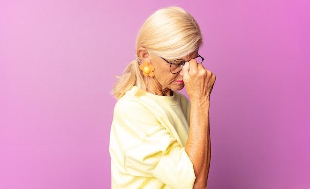 Vrouw van middelbare leeftijd die zich gestrest, ongelukkig en gefrustreerd voelt