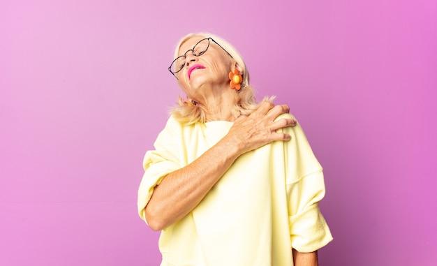 Vrouw van middelbare leeftijd die zich moe, gestrest, angstig, gefrustreerd en depressief voelt geïsoleerd