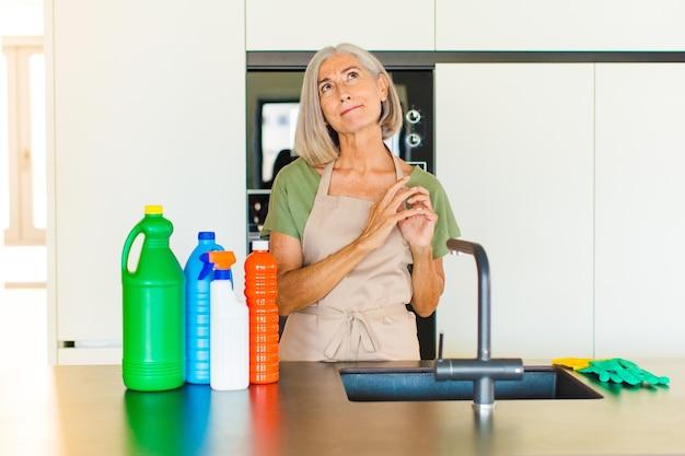 Vrouw van middelbare leeftijd die zich trots, ondeugend en arrogant voelt terwijl ze een slecht plan bedenkt of een truc bedenkt