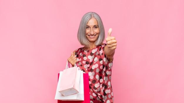 Vrouw van middelbare leeftijd die zich trots, zorgeloos, zelfverzekerd en gelukkig geïsoleerd voelt