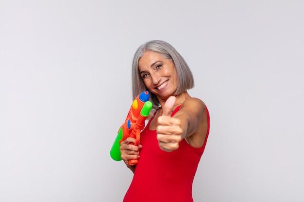 Vrouw van middelbare leeftijd die zich trots, zorgeloos, zelfverzekerd en gelukkig voelt