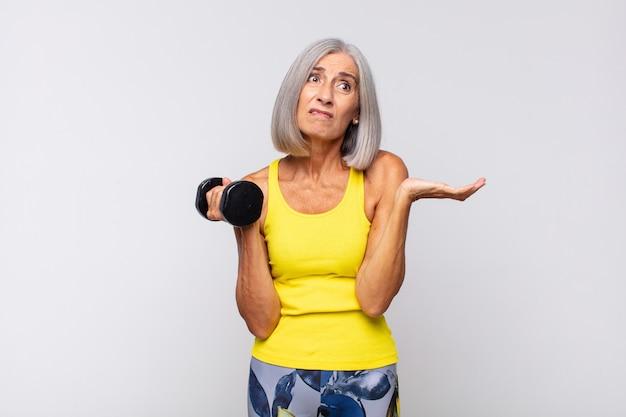 Vrouw van middelbare leeftijd die zich verbaasd en verward voelt, twijfelt