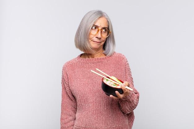 Vrouw van middelbare leeftijd die zich verdrietig, boos of boos voelt en opzij kijkt