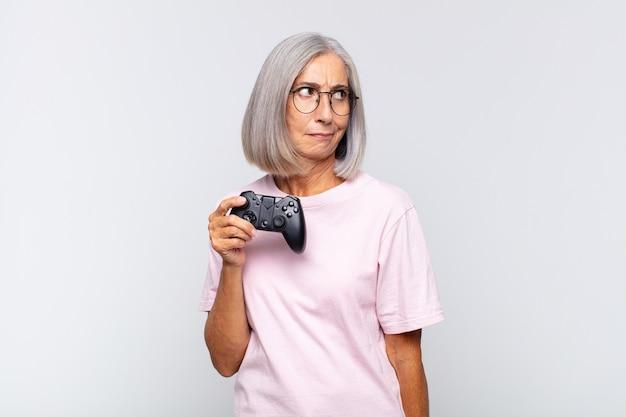 Vrouw van middelbare leeftijd die zich verdrietig, overstuur of boos voelt en opzij kijkt met een negatieve houding