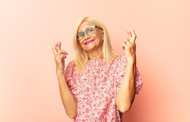 Vrouw van middelbare leeftijd die zich verward en onwetend voelt, zich afvraagt over een twijfelachtige uitleg of gedachte