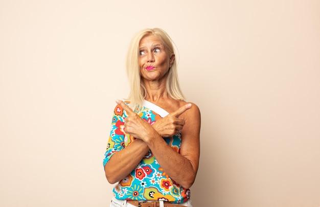 Vrouw van middelbare leeftijd kijkt verbaasd en verward, onzeker wijzend in tegengestelde richtingen