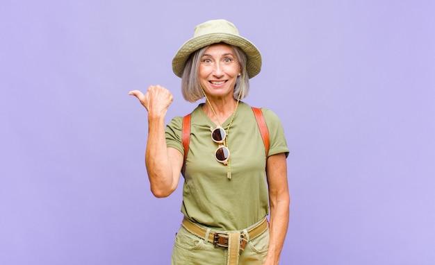 Vrouw van middelbare leeftijd kijkt verbaasd van ongeloof, wijst naar een voorwerp op de zijkant en zegt wow, ongelooflijk