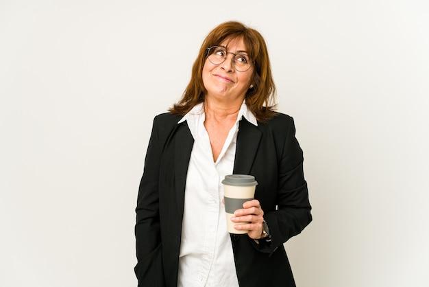 Vrouw van middelbare leeftijd koffie drinken en geïsoleerde emoties uiten