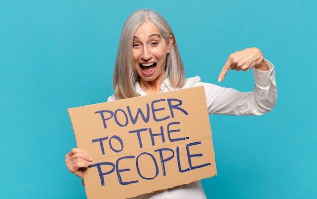 Vrouw van middelbare leeftijd, macht aan het mensenconcept