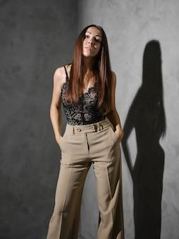 Vrouw van middelbare leeftijd met handen in de zakken van haar wijde broek