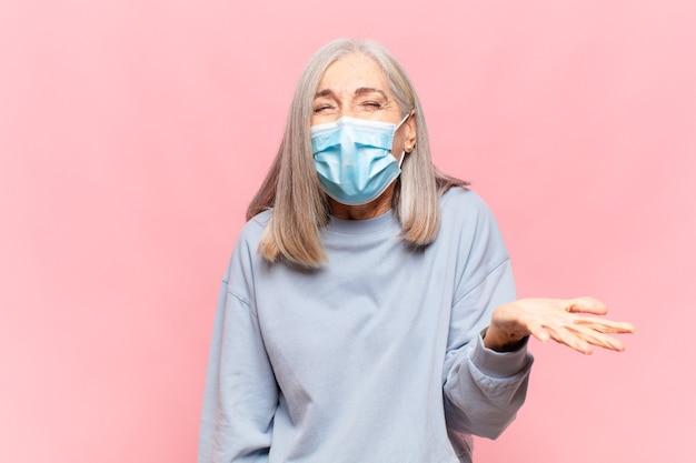 Vrouw van middelbare leeftijd met medisch masker