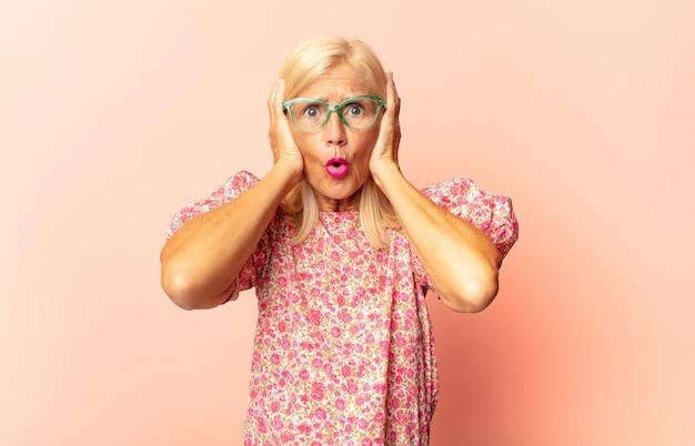 Vrouw van middelbare leeftijd op zoek goofy en grappig met een dwaze schele uitdrukking, een grapje en gek rond