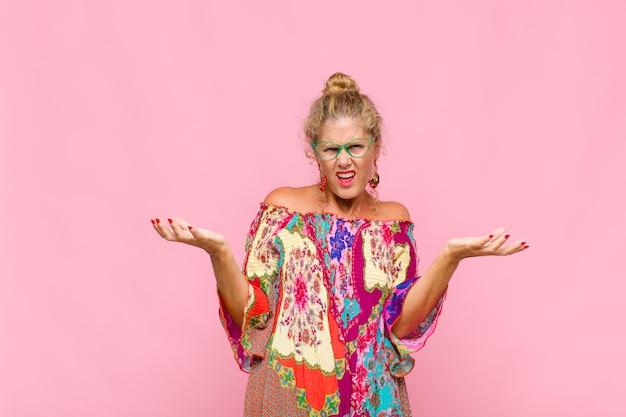 Vrouw van middelbare leeftijd schouderophalend met stom