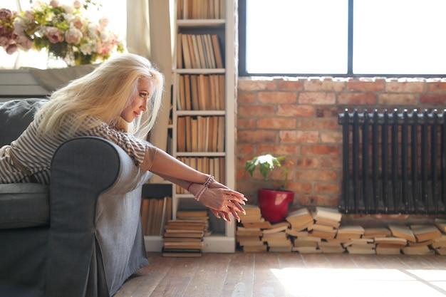 Vrouw van middelbare leeftijd thuis