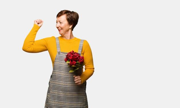 Vrouw van middelbare leeftijd vieren valentijnsdag die zich niet overgeeft