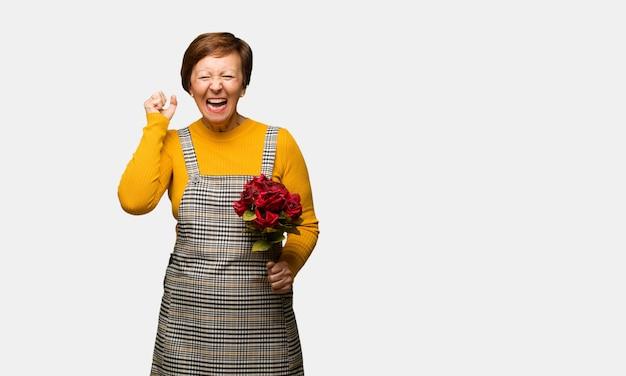 Vrouw van middelbare leeftijd vieren valentijnsdag schreeuwen erg boos en agressief