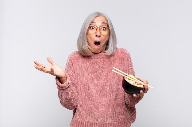 Vrouw van middelbare leeftijd voelt zich extreem geschokt en verrast
