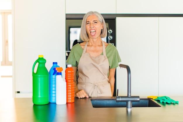 Vrouw van middelbare leeftijd walgt en geïrriteerd, steekt tong uit, houdt niet van iets smerigs en vies