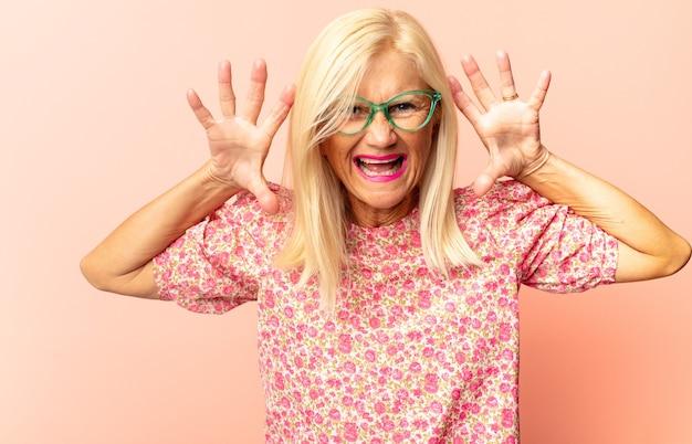 Vrouw van middelbare leeftijd walgt en misselijk geïsoleerd