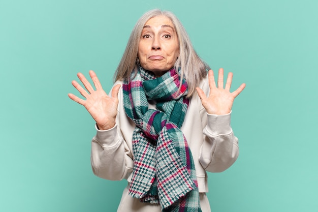 Vrouw van middelbare leeftijd ziet er nerveus, angstig en bezorgd uit, zegt niet mijn schuld of ik heb het niet gedaan