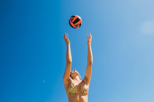 Vrouw vangen volleybal