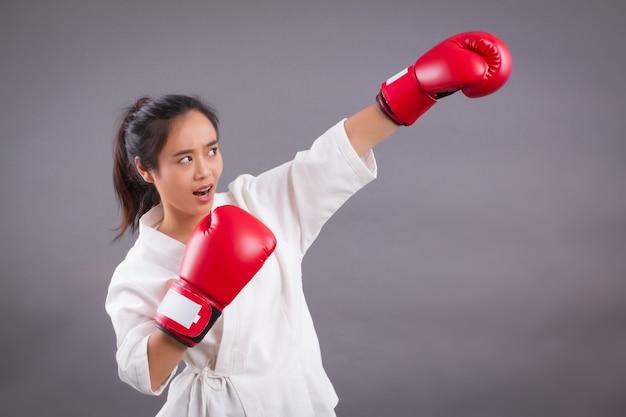 Vrouw vechter portret; aziatische vrouw die vechtsporten, gemengde vechtsporten beoefent