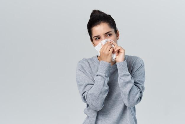 Vrouw veegt haar neus af met een zakdoek infectie allergie loopneus. hoge kwaliteit foto