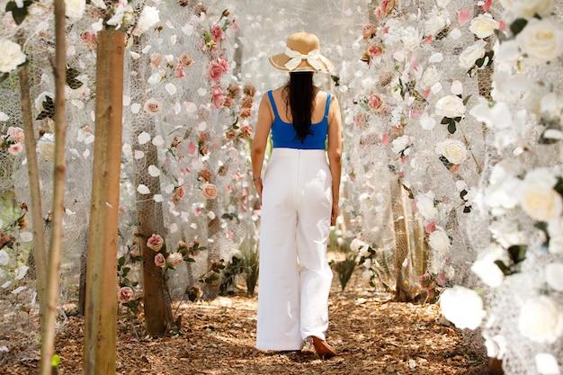Vrouw veld met mooie kleur in de zomer-lente.