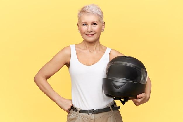Vrouw verblijf met zwarte helm op geel