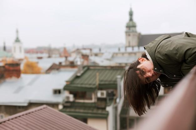 Vrouw verblijft met haar hoofd naar beneden met kopie ruimte