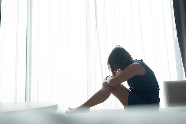 Vrouw verdrietig bij raam, eenzaam, gebroken hart, vrouw ongelukkig, ziek voelen, verdrietig meisje, meisje verdrietig voelen,