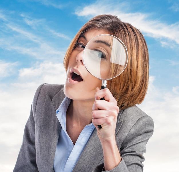 Vrouw vergrootglas dag op zoek kantoor