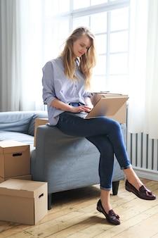 Vrouw verhuist naar een nieuw huis