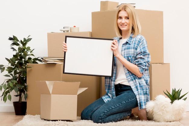 Vrouw verhuizen naar een nieuw huis