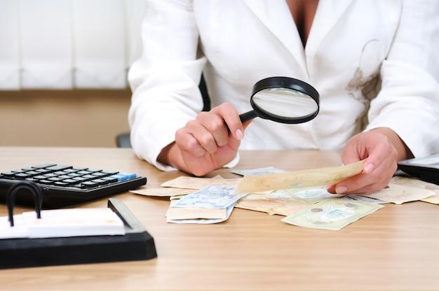 Vrouw verifieert de authenticiteit van de rekening
