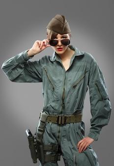 Vrouw verkleed als een helikopterpiloot poseren in zonnebril