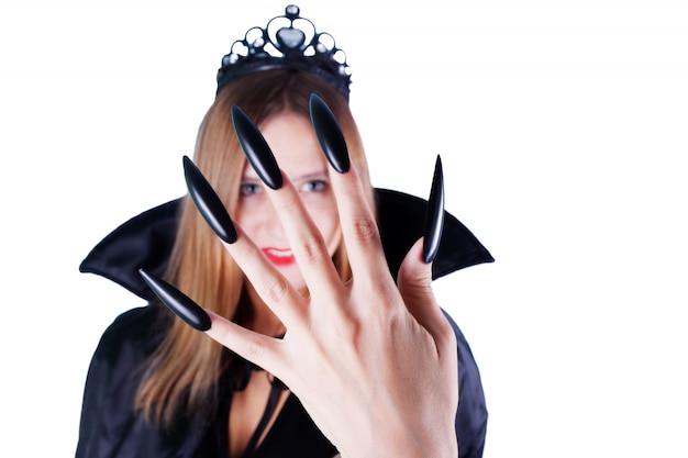 Vrouw verkleed als een vampierkoningin met een kroon en lange zwarte klauwen.