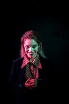 Vrouw verkleed als joker lachen