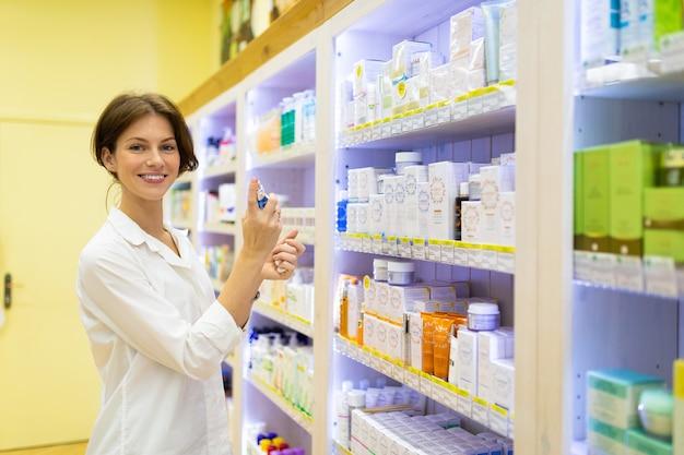 Vrouw verkoop drogisterij presenteert huidverzorgingsproducten