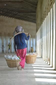 Vrouw verkoopt fruit