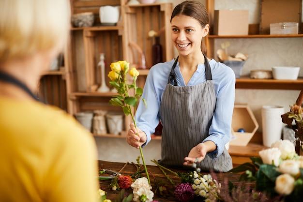 Vrouw verkopen bloemen