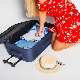 Vrouw verpakking koffer voor reis
