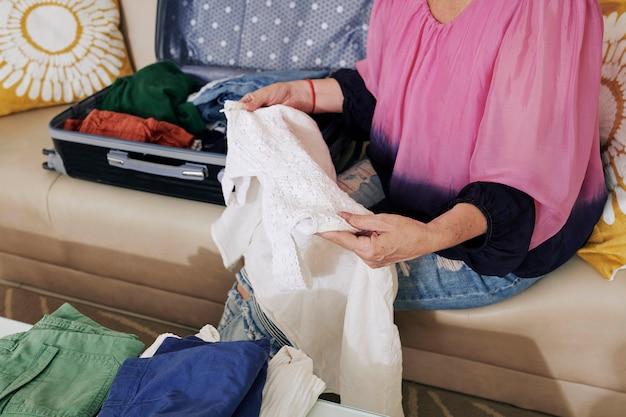 Vrouw verpakking koffer