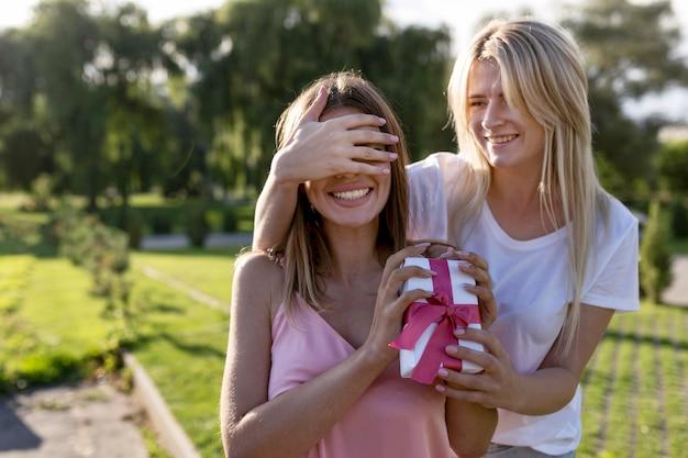 Vrouw verrast haar vriend met een geschenk
