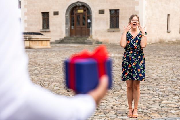 Vrouw verrast om een geschenk te ontvangen