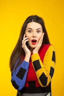 Vrouw verrast tijdens het praten via de telefoon